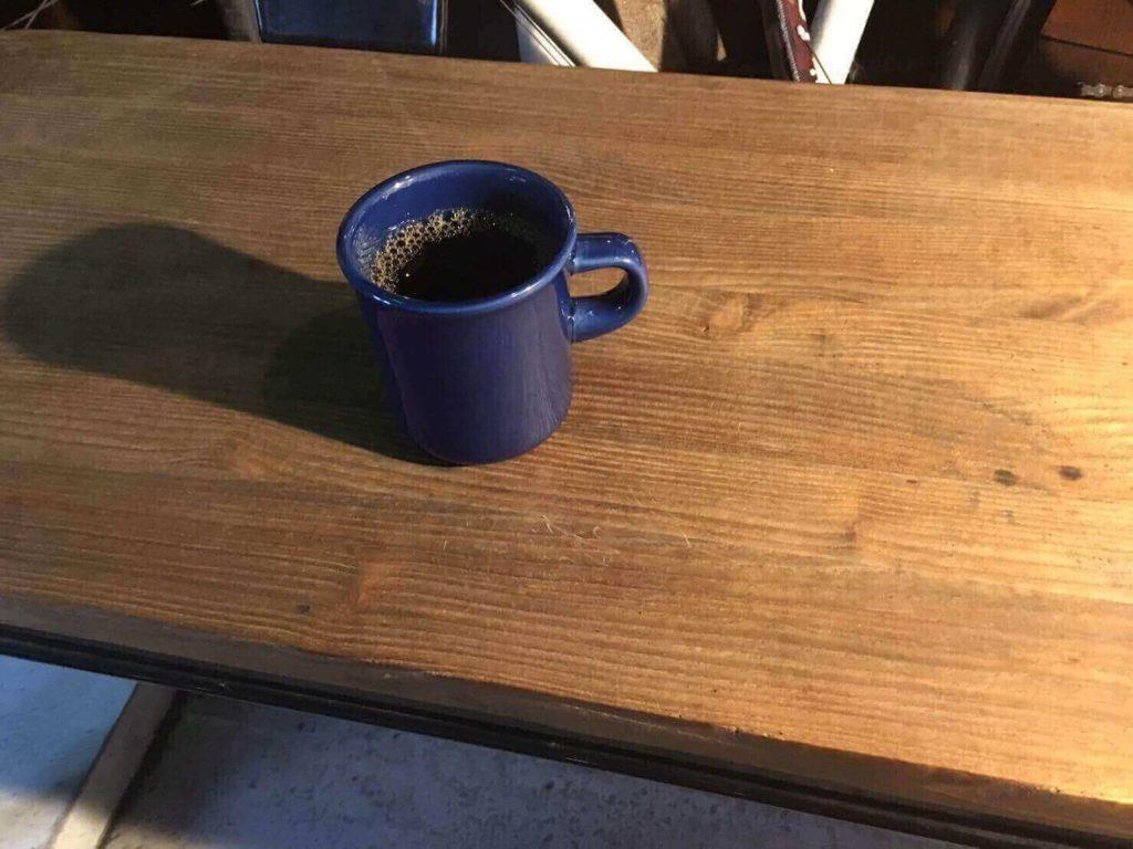 ポルポ_コーヒーとベンチ