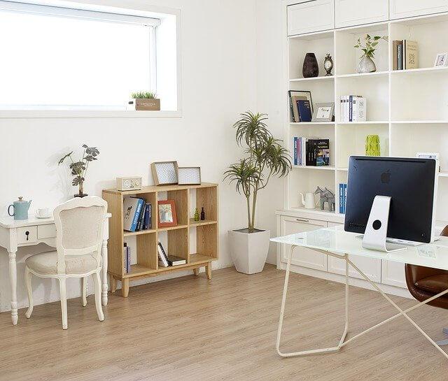 部屋_机とテーブル、本棚とPC