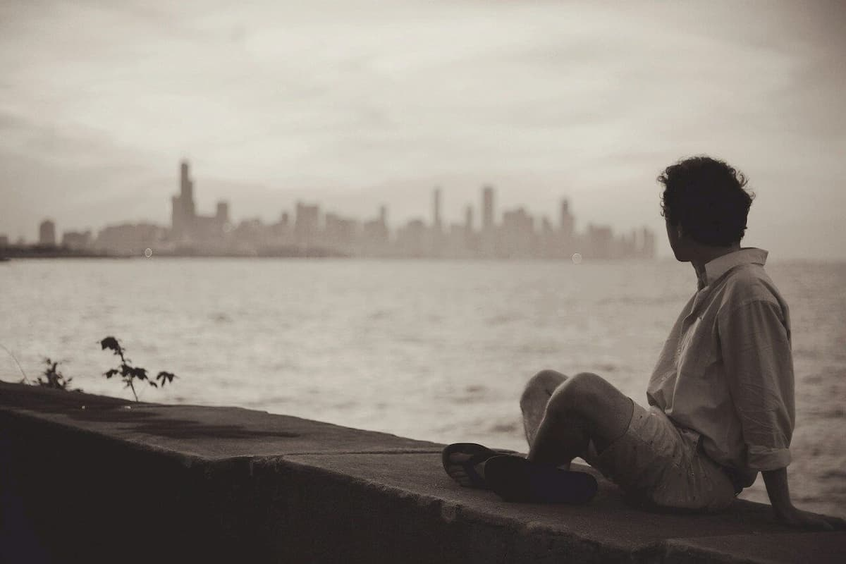 遠くの街を見る男性