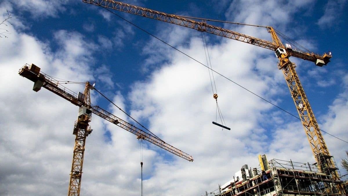 建設現場とタワークレーン